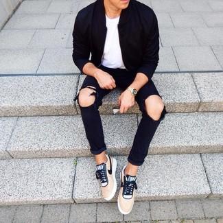 Wie kombinieren: schwarze Bomberjacke, weißes T-Shirt mit einem Rundhalsausschnitt, schwarze Jeans mit Destroyed-Effekten, beige niedrige Sneakers