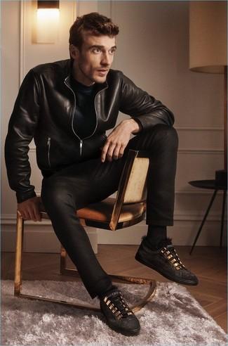 Schwarze Wildleder niedrige Sneakers kombinieren: Paaren Sie eine schwarze Leder Bomberjacke mit schwarzen Jeans für einen bequemen Alltags-Look. Dieses Outfit passt hervorragend zusammen mit schwarzen Wildleder niedrigen Sneakers.
