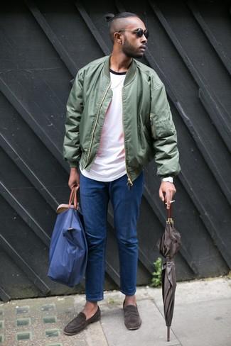 Dunkelbraune Wildleder Slipper kombinieren: Tragen Sie eine dunkelgrüne Bomberjacke und blauen Jeans für ein sonntägliches Mittagessen mit Freunden. Setzen Sie bei den Schuhen auf die klassische Variante mit dunkelbraunen Wildleder Slippern.