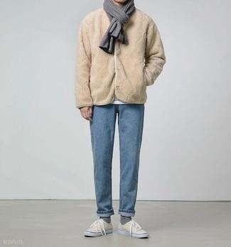 Dunkelgrauen Schal kombinieren: trends 2020: Tragen Sie eine beige Fleece-Bomberjacke und einen dunkelgrauen Schal für einen entspannten Wochenend-Look. Hellbeige Segeltuch niedrige Sneakers bringen klassische Ästhetik zum Ensemble.
