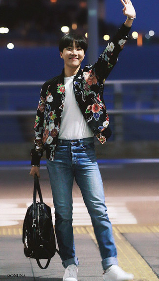 Schwarze Leder Reisetasche kombinieren: trends 2020: Kombinieren Sie eine schwarze Bomberjacke mit Blumenmuster mit einer schwarzen Leder Reisetasche für einen entspannten Wochenend-Look. Putzen Sie Ihr Outfit mit weißen niedrigen Sneakers.