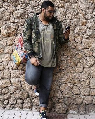 Olivgrüne Camouflage Bomberjacke kombinieren: trends 2020: Kombinieren Sie eine olivgrüne Camouflage Bomberjacke mit grauen Jeans für ein großartiges Wochenend-Outfit. Mehrfarbige Segeltuch niedrige Sneakers sind eine gute Wahl, um dieses Outfit zu vervollständigen.