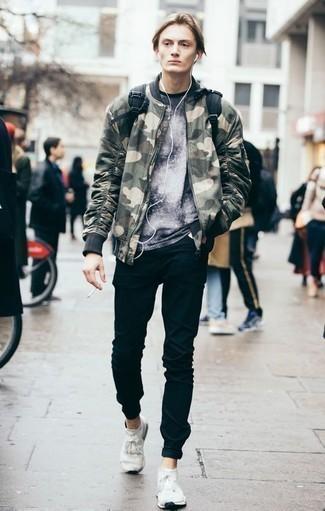 Olivgrüne Camouflage Bomberjacke kombinieren: trends 2020: Erwägen Sie das Tragen von einer olivgrünen Camouflage Bomberjacke und schwarzen Jeans für ein Alltagsoutfit, das Charakter und Persönlichkeit ausstrahlt. Fühlen Sie sich ideenreich? Entscheiden Sie sich für weißen Sportschuhe.