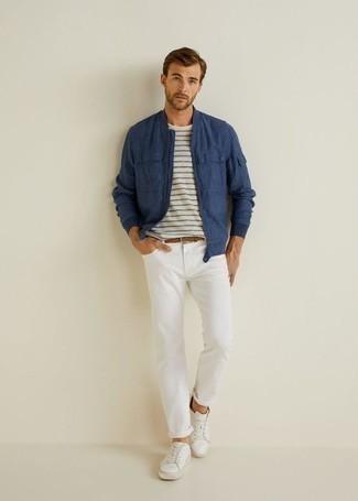 Weißes und dunkelblaues horizontal gestreiftes T-Shirt mit einem Rundhalsausschnitt kombinieren: trends 2020: Für ein bequemes Couch-Outfit, kombinieren Sie ein weißes und dunkelblaues horizontal gestreiftes T-Shirt mit einem Rundhalsausschnitt mit weißen Jeans. Komplettieren Sie Ihr Outfit mit weißen Leder niedrigen Sneakers.