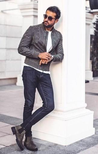 Graue Chelsea Boots aus Wildleder kombinieren – 80 Herren Outfits: Paaren Sie eine graue Camouflage Bomberjacke mit dunkelblauen Jeans für ein Alltagsoutfit, das Charakter und Persönlichkeit ausstrahlt. Vervollständigen Sie Ihr Outfit mit grauen Chelsea Boots aus Wildleder, um Ihr Modebewusstsein zu zeigen.