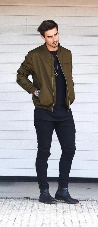 Olivgrüne Bomberjacke kombinieren: trends 2020: Tragen Sie eine olivgrüne Bomberjacke und schwarzen Jeans, um mühelos alles zu meistern, was auch immer der Tag bringen mag. Vervollständigen Sie Ihr Outfit mit schwarzen Chelsea Boots aus Leder, um Ihr Modebewusstsein zu zeigen.