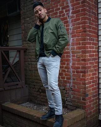 Graue Jeans kombinieren – 1200+ Herren Outfits: Die Kombination von einer olivgrünen Bomberjacke und grauen Jeans erlaubt es Ihnen, Ihren Freizeitstil klar und einfach zu halten. Fühlen Sie sich mutig? Ergänzen Sie Ihr Outfit mit einer schwarzen Lederfreizeitstiefeln.