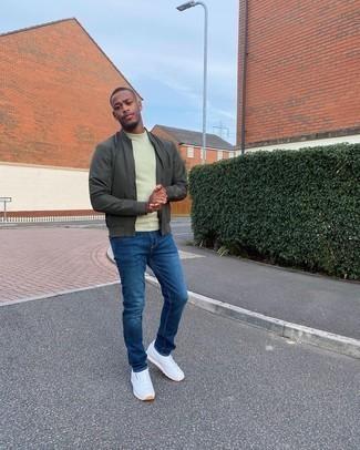 Blaue Jeans kombinieren – 500+ Herren Outfits: Vereinigen Sie eine dunkelgrüne Bomberjacke mit blauen Jeans, um einen lockeren, aber dennoch stylischen Look zu erhalten. Fühlen Sie sich mutig? Komplettieren Sie Ihr Outfit mit weißen Sportschuhen.