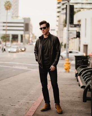 Braune Chelsea Boots aus Wildleder kombinieren – 634+ Herren Outfits: Kombinieren Sie eine dunkelbraune Leder Bomberjacke mit schwarzen Jeans für ein sonntägliches Mittagessen mit Freunden. Setzen Sie bei den Schuhen auf die klassische Variante mit braunen Chelsea Boots aus Wildleder.