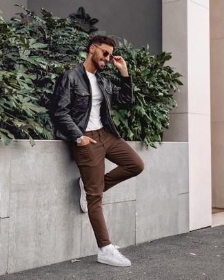 Weiße und rote Leder niedrige Sneakers kombinieren – 500+ Herren Outfits: Entscheiden Sie sich für eine schwarze Leder Bomberjacke und braunen Jeans für ein großartiges Wochenend-Outfit. Komplettieren Sie Ihr Outfit mit weißen und roten Leder niedrigen Sneakers.