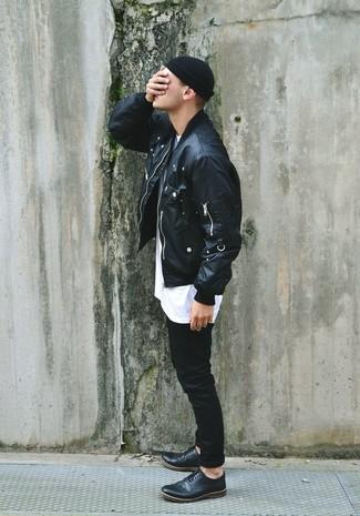 Wie kombinieren: schwarze Leder Bomberjacke, weißes T-Shirt mit einem Rundhalsausschnitt, schwarze Jeans, schwarze Leder Brogues