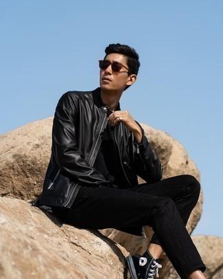Schwarze hohe Sneakers aus Segeltuch kombinieren – 495 Herren Outfits: Die Kombination von einer schwarzen Leder Bomberjacke und schwarzen Jeans erlaubt es Ihnen, Ihren Freizeitstil klar und einfach zu halten. Fühlen Sie sich mutig? Vervollständigen Sie Ihr Outfit mit schwarzen hohen Sneakers aus Segeltuch.