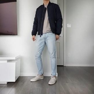 Hellblaue Jeans mit Destroyed-Effekten kombinieren – 500+ Herren Outfits: Entscheiden Sie sich für eine dunkelblaue gesteppte Bomberjacke und hellblauen Jeans mit Destroyed-Effekten für einen entspannten Wochenend-Look. Vervollständigen Sie Ihr Outfit mit grauen Segeltuch niedrigen Sneakers, um Ihr Modebewusstsein zu zeigen.