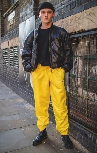 Schwarze Leder Bomberjacke kombinieren: trends 2020: Erwägen Sie das Tragen von einer schwarzen Leder Bomberjacke und einer gelben Jogginghose für ein sonntägliches Mittagessen mit Freunden. Heben Sie dieses Ensemble mit einer schwarzen Lederfreizeitstiefeln hervor.
