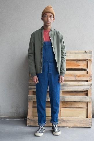 Olivgrüne Bomberjacke kombinieren: trends 2020: Erwägen Sie das Tragen von einer olivgrünen Bomberjacke und einer blauen Jeans Latzhose für ein sonntägliches Mittagessen mit Freunden. Suchen Sie nach leichtem Schuhwerk? Entscheiden Sie sich für dunkelblauen und weißen hohe Sneakers aus Segeltuch für den Tag.