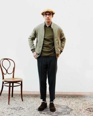 Olivgrüne Bomberjacke kombinieren: trends 2020: Kombinieren Sie eine olivgrüne Bomberjacke mit einer dunkelgrauen Chinohose für ein großartiges Wochenend-Outfit. Dunkelbraune Wildleder Derby Schuhe sind eine einfache Möglichkeit, Ihren Look aufzuwerten.