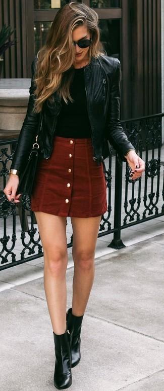 Wie kombinieren: schwarze Leder Bomberjacke, schwarzes T-Shirt mit einem Rundhalsausschnitt, roter Wildlederrock mit knöpfen, schwarze Leder Stiefeletten