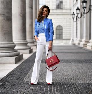 Wie kombinieren: blaue Bomberjacke, weißes und blaues horizontal gestreiftes T-Shirt mit einem Rundhalsausschnitt, weiße Schlaghose, rote Leder Pumps