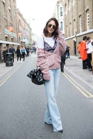 Wie kombinieren: rosa Fleece-Bomberjacke, weißes und schwarzes Spitze T-Shirt mit einem Rundhalsausschnitt, hellblaue Schlagjeans, schwarze Leder Pumps