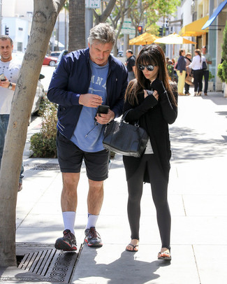 Mode für Herren ab 60: Entscheiden Sie sich für eine dunkelblaue Bomberjacke und dunkelblauen Sportshorts, um mühelos alles zu meistern, was auch immer der Tag bringen mag. Fühlen Sie sich ideenreich? Ergänzen Sie Ihr Outfit mit schwarzen Sportschuhen.