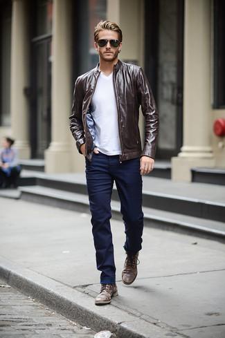 Wie kombinieren: dunkelbraune Leder Bomberjacke, weißes T-Shirt mit einem V-Ausschnitt, dunkelblaue enge Jeans, dunkelbraune Lederfreizeitstiefel