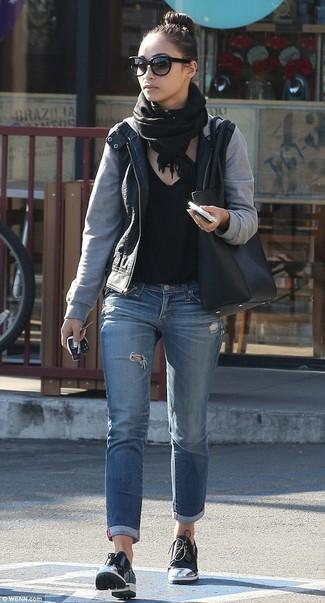 Wie kombinieren: schwarze Leder Bomberjacke, schwarzes T-Shirt mit einem V-Ausschnitt, blaue Jeans mit Destroyed-Effekten, schwarze Leder Derby Schuhe