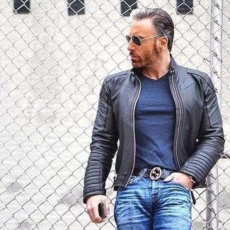 Wie kombinieren: schwarze Leder Bomberjacke, dunkelblaues T-Shirt mit einem V-Ausschnitt, blaue Jeans, schwarzer Ledergürtel