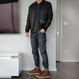 Dunkelgraue Jeans kombinieren – 500+ Herren Outfits: Erwägen Sie das Tragen von einer schwarzen Leder Bomberjacke und dunkelgrauen Jeans für einen bequemen Alltags-Look. Braune Leder niedrige Sneakers sind eine kluge Wahl, um dieses Outfit zu vervollständigen.