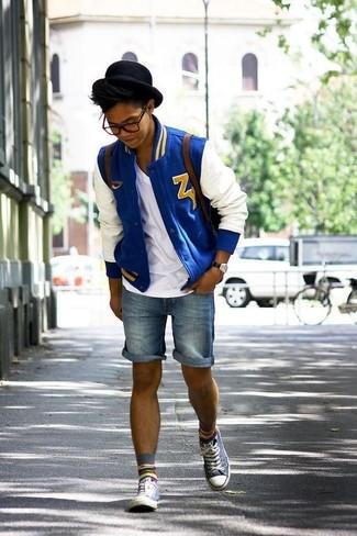 Wie kombinieren: weiße und blaue Bomberjacke, weißes T-Shirt mit einem V-Ausschnitt, blaue Jeansshorts, graue hohe Sneakers