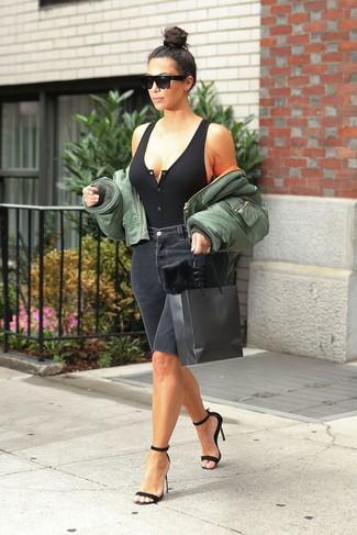 Olivgrüne Bomberjacke kombinieren – 60 Damen Outfits: Eine olivgrüne Bomberjacke und schwarze Bermuda-Shorts aus Jeans schaffen einen lockeren Look, der aber immer stilvoll bleibt. Schwarze Wildleder Sandaletten fügen sich nahtlos in einer Vielzahl von Outfits ein.