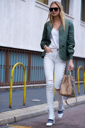Wie kombinieren: dunkelgrüne gesteppte Bomberjacke, weißes Spitze Trägershirt, weiße enge Jeans mit Destroyed-Effekten, weiße Leder Stiefeletten