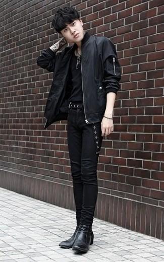 Schwarze Bomberjacke kombinieren: trends 2020: Kombinieren Sie eine schwarze Bomberjacke mit schwarzen engen Jeans für ein großartiges Wochenend-Outfit. Fühlen Sie sich ideenreich? Ergänzen Sie Ihr Outfit mit schwarzen Chelsea Boots aus Leder.