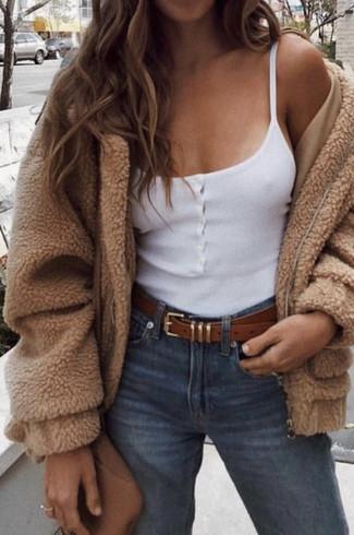 Wie kombinieren: beige Fleece-Bomberjacke, weißes Trägershirt, blaue Jeans, braune Leder Umhängetasche