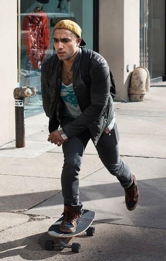 Schwarze Leder Bomberjacke kombinieren: trends 2020: Tragen Sie eine schwarze Leder Bomberjacke und dunkelgrauen Jeans für ein bequemes Outfit, das außerdem gut zusammen passt. Fühlen Sie sich mutig? Vervollständigen Sie Ihr Outfit mit braunen hohen Sneakers aus Leder.