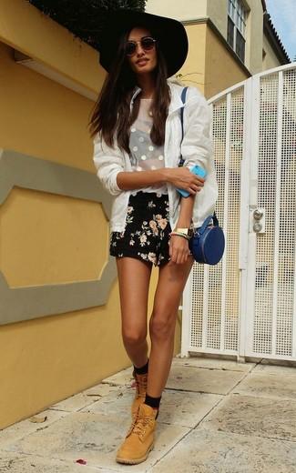 Wie kombinieren: weiße Bomberjacke aus Netzstoff, weißes Trägershirt aus Netzstoff, schwarze Shorts mit Blumenmuster, beige flache Stiefel mit einer Schnürung aus Leder