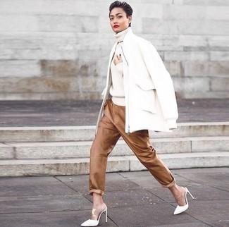 Wie kombinieren: weiße Wollbomberjacke, weißer Strick Rollkragenpullover, braune Freizeithose aus Leder, weiße Leder Pantoletten
