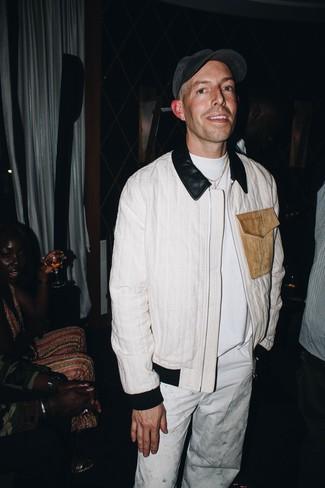 Wie kombinieren: weiße Bomberjacke, weißes T-Shirt mit einem Rundhalsausschnitt, weiße Chinohose, dunkelgraue Baseballkappe
