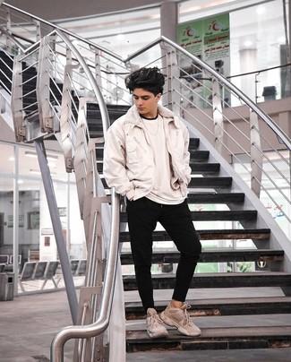 Jungenmode für Teenager 2020: Erwägen Sie das Tragen von einer weißen Bomberjacke und einer schwarzen Jogginghose für ein Alltagsoutfit, das Charakter und Persönlichkeit ausstrahlt. Fühlen Sie sich mutig? Ergänzen Sie Ihr Outfit mit hellbeige Sportschuhen.