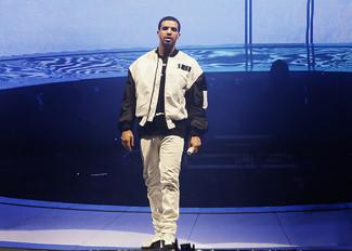 Bomberjacke weisse und schwarze t shirt mit rundhalsausschnitt schwarzes und weisses jeans weisse large 5213
