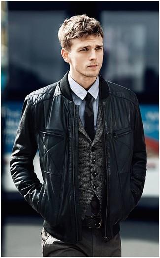 Machen Sie sich mit einer Schwarzen gesteppten Leder Bomberjacke und einer Dunkelgrauen Anzughose einen verfeinerten, eleganten Stil zu Nutze.