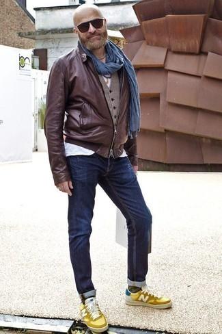 Dunkelblaue Jeans kombinieren: trends 2020: Paaren Sie eine dunkelbraune Leder Bomberjacke mit dunkelblauen Jeans für einen bequemen Alltags-Look. Dieses Outfit passt hervorragend zusammen mit gelben Leder niedrigen Sneakers.