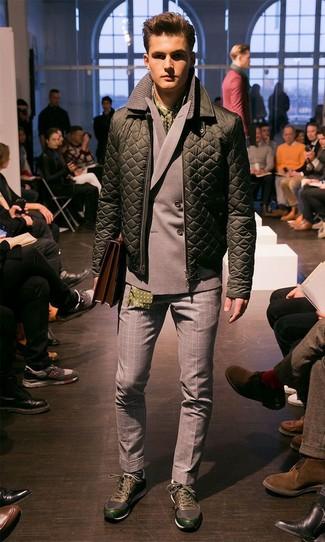 Wie kombinieren: olivgrüne gesteppte Bomberjacke, graues Zweireiher-Sakko, graue Wollanzughose mit Vichy-Muster, dunkelgrüne Sportschuhe