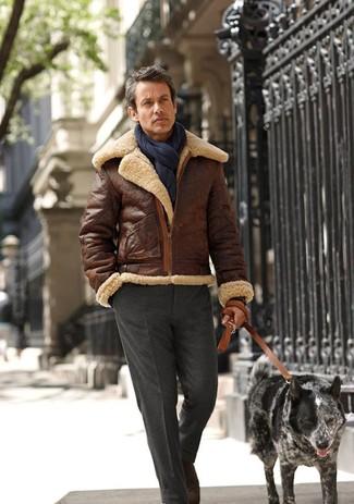 Entscheiden Sie sich für eine braune Lammfelljacke und eine dunkelgraue Anzughose für einen stilvollen, eleganten Look.