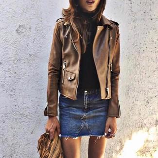 Wie kombinieren: braune Leder Bikerjacke, schwarzer Rollkragenpullover, blauer Jeans Minirock
