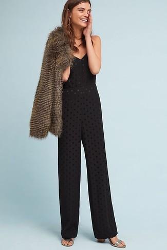 Wie kombinieren: braune Pelzjacke, schwarzer Jumpsuit mit Lochstickerei, silberne Leder Sandaletten