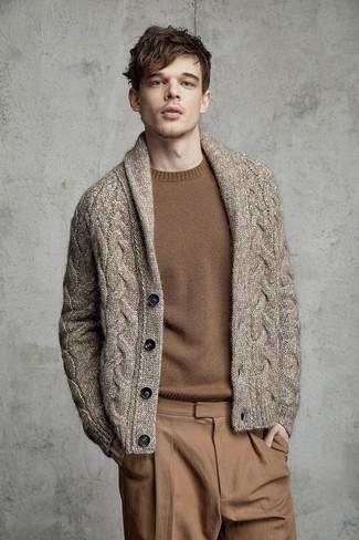 Wie kombinieren: braune Strickjacke mit einem Schalkragen, brauner Pullover mit einem Rundhalsausschnitt, beige Chinohose
