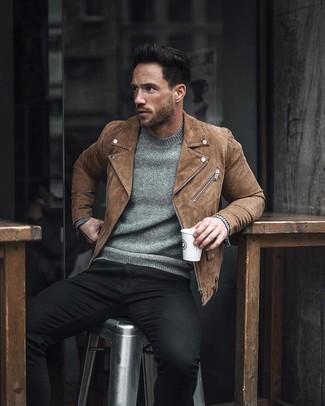Wie kombinieren: braune Wildleder Bikerjacke, grauer Pullover mit einem Rundhalsausschnitt, schwarze enge Jeans