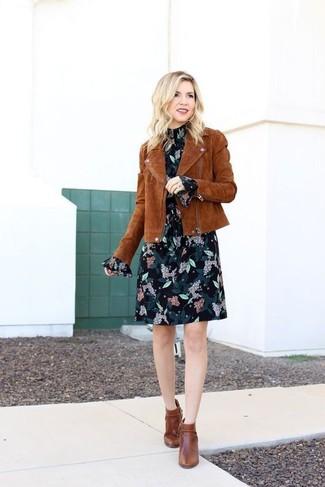 Wie kombinieren: braune Wildleder Bikerjacke, schwarzes gerade geschnittenes Kleid aus Chiffon mit Blumenmuster, braune Leder Stiefeletten