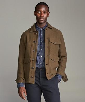 Braune Wollfeldjacke kombinieren: trends 2020: Arbeitsreiche Tage verlangen nach einem einfachen, aber dennoch stylischen Outfit, wie zum Beispiel eine braune Wollfeldjacke und eine dunkelblaue Chinohose.