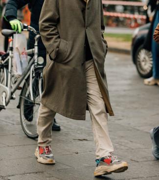 Wie kombinieren: brauner Mantel mit Karomuster, hellbeige Chinohose, mehrfarbige Sportschuhe